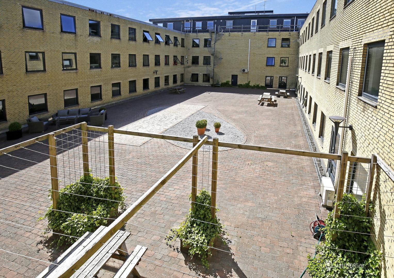 Lager med lille kontor i stor moderne ejendom i Søborg