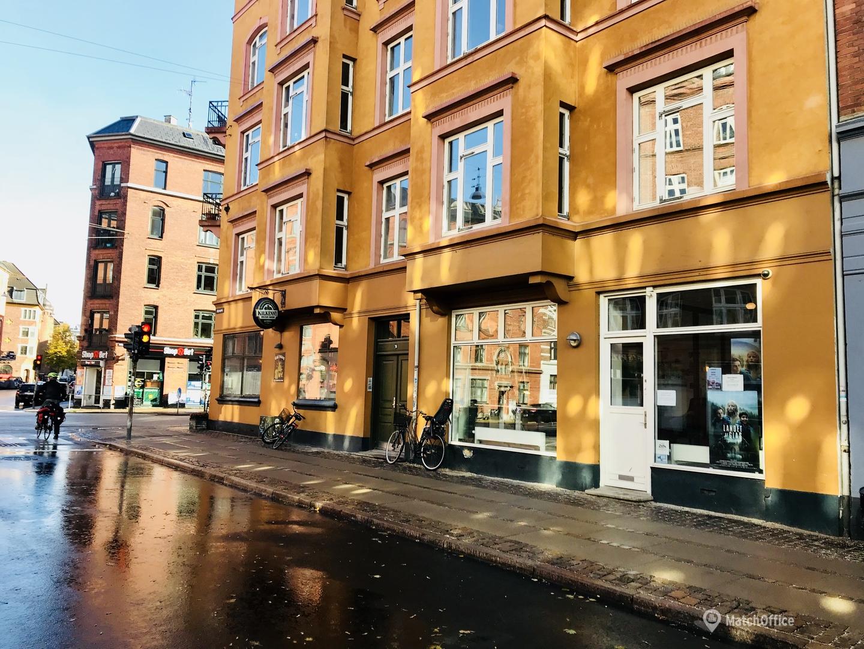 Kontorpladser i lys og hyggelig butik